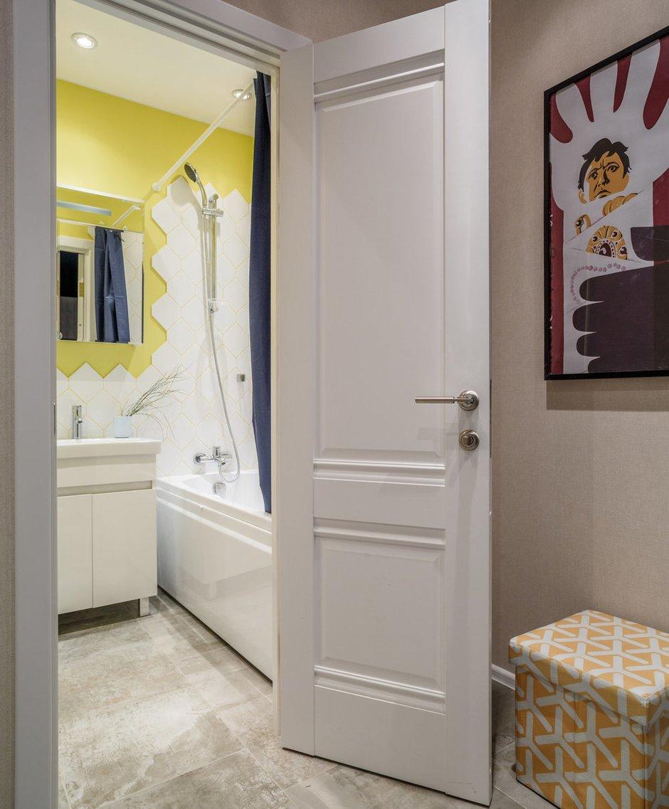 Яркая отделка ванной перекликается с желтыми барными стульями в жилом пространстве.