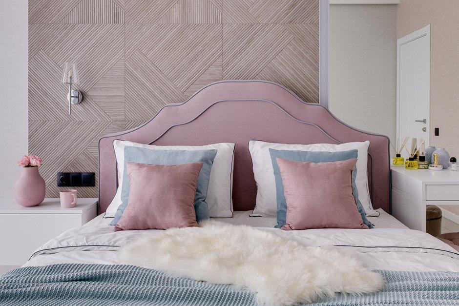 Розовая кровать была выбрана хозяйкой этой комнаты. Спальня выполнена в пастельных спокойных тонах. Предусмотрены огромное зеркало и туалетный столик у гардеробной с двумя видами подсветки.