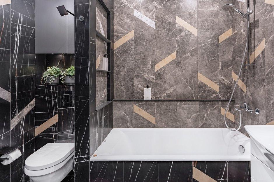 Конфигурация ванной комнаты позволила спрятать унитаз и ванну в отдельные ниши.