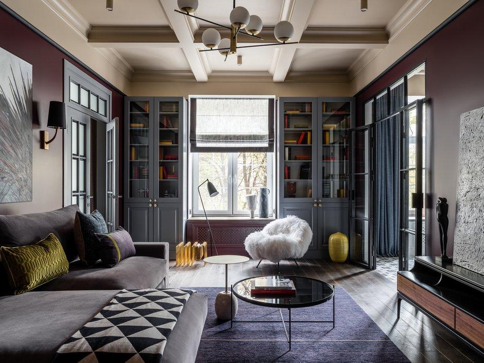 Кессонированные потолки тоже работают на расширение — визуально приподнимают потолок. Это прием, заимствованный из классических интерьеров.