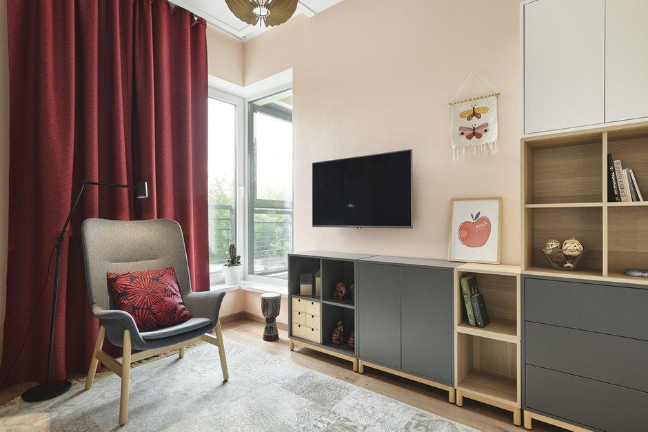 В гостевой комнате мебель подбиралась больше из функциональных соображений — много мест для хранения книг, игрушек. Диван простой, лаконичный, кресло и классический белый шкаф на ножках для контраста с остальной мебелью. Вся мебель из ИКЕА.