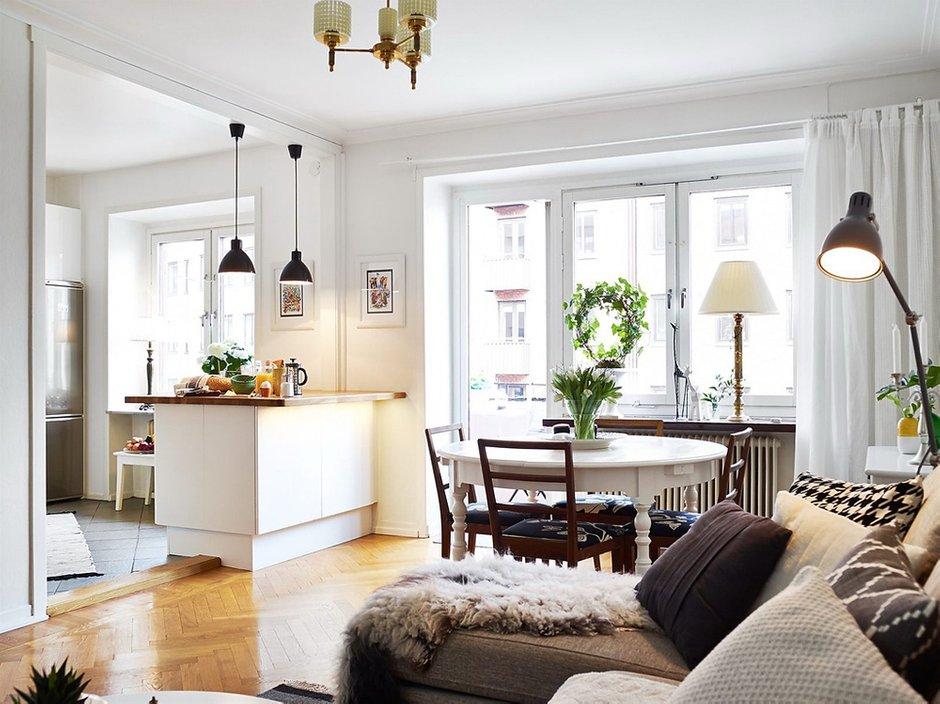 Фотография: Гостиная в стиле Скандинавский, Малогабаритная квартира, Квартира, Цвет в интерьере, Дома и квартиры, Белый, Шторы – фото на INMYROOM