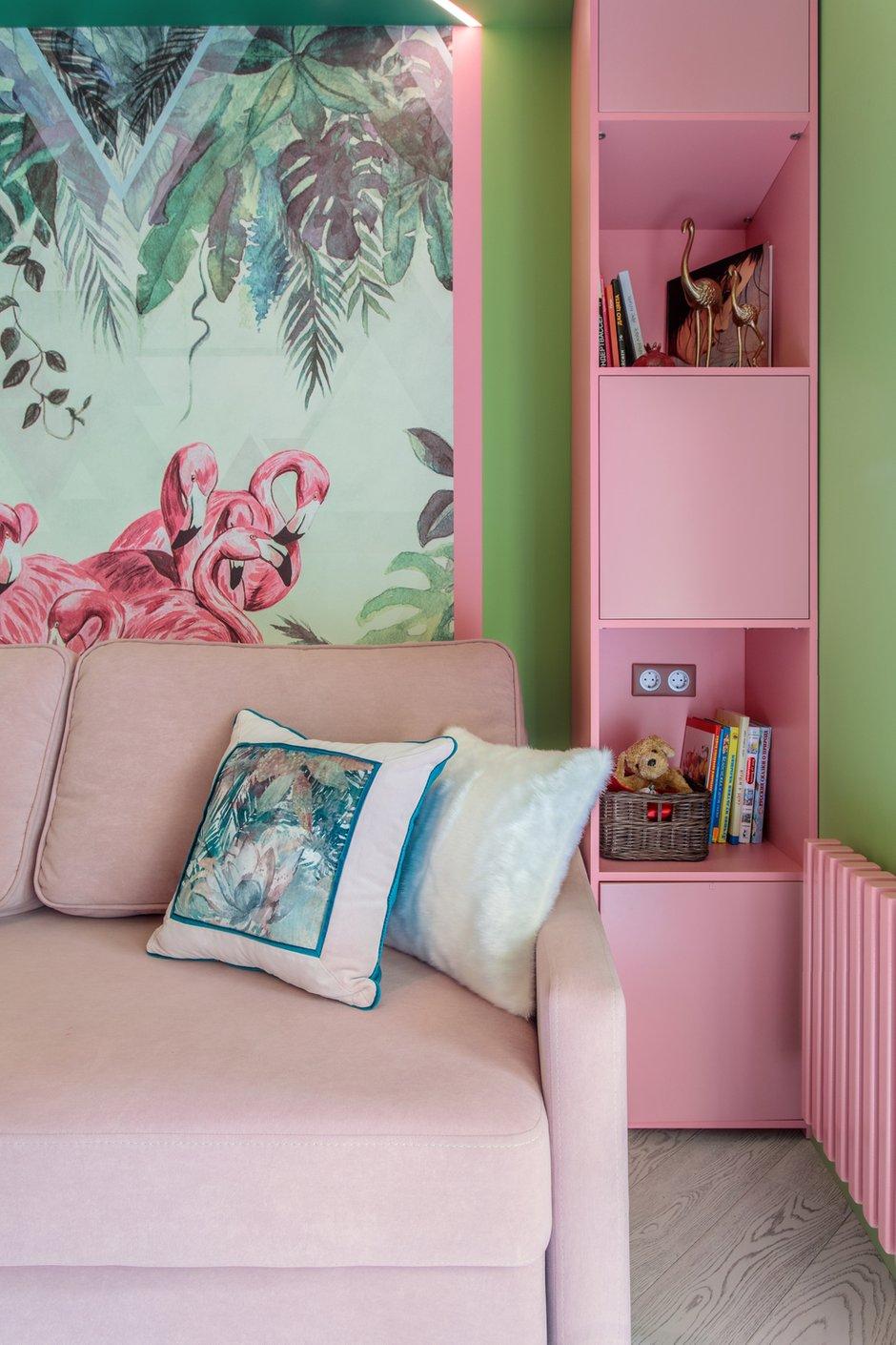Радиатор отопления выкрасили в цвет фламинго, чтобы он пересекался с элементами на стенах и мебели.