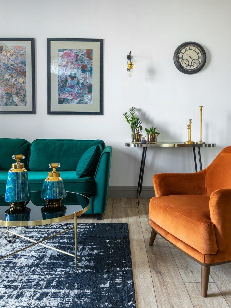Диван и стулья на кухне были куплены на сайте INMYROOM, детские кровати, стол кухонный, обувница — из ИКЕА. Вся встроенная мебель, кровать в хозяйской спальне изготовлена на заказ у казахстанского производителя.