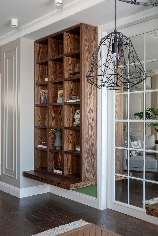 В закрытом виде дверь выглядит как зеркальное панно рядом с книжными стеллажами.