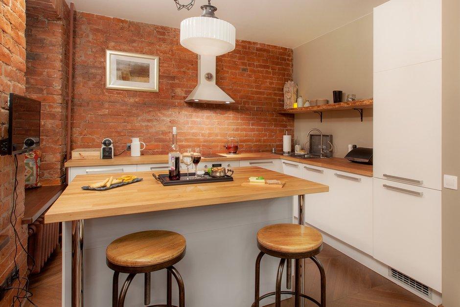 Фотография: Кухня и столовая в стиле Лофт, Квартира, Студия, Проект недели, Красный, Коричневый – фото на INMYROOM