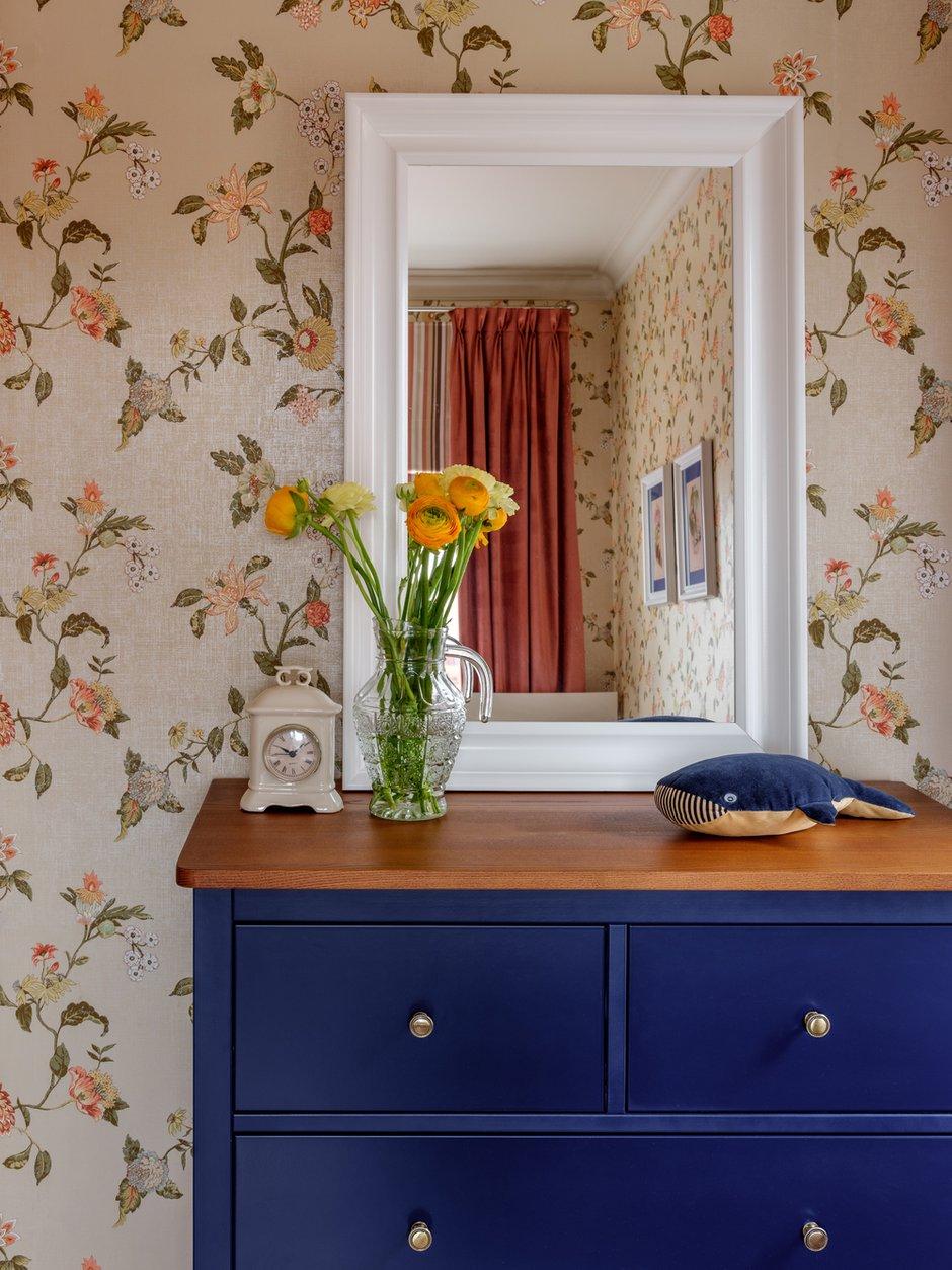 Цветовая гамма этой комнаты — сочетание нежно-зеленых и розовых оттенков с активным синим цветом.