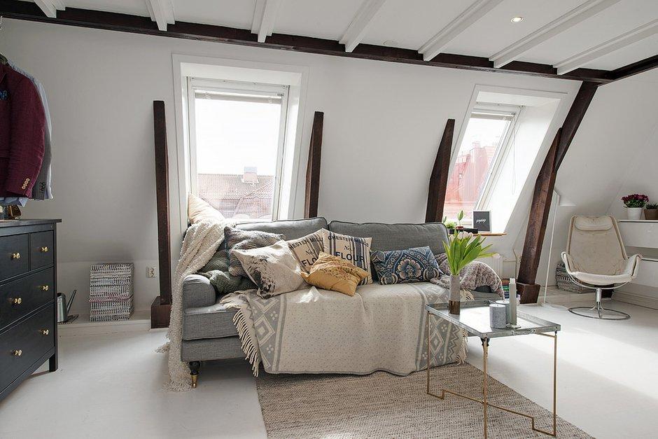 Фотография: Гостиная в стиле Скандинавский, Малогабаритная квартира, Квартира, Цвет в интерьере, Дома и квартиры, Белый, Мансарда – фото на INMYROOM