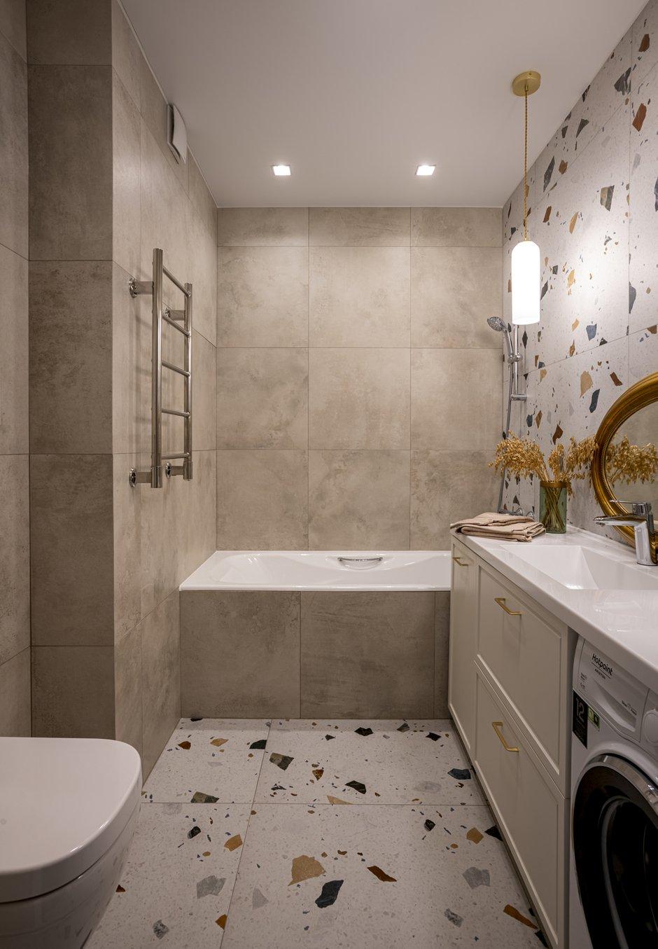 Отделка ванной — керамогранит. Акцентная плитка терраццо форматом 80×80 и фоновая под бетон 60×60.