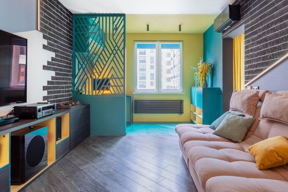 Геометрия перегородки повторяет геометрию пространства. Она выкрашена в тот же цвет, что и рабочее место около окна.