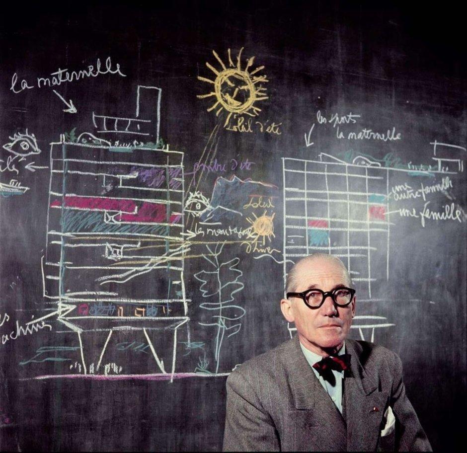 ЛеКорбюзье иего «Laville radieuse» («Лучезарный город»)— грандиозный, но, увы, так инереализованный градостроительный проект, воснову которого архитектор закладывал симметричные планировки, небоскребы, много пространства, света изелени. Некоторые идеи проекта онвпоследствии применил встроительстве знаменитой Марсельской единицы изастройке города Чандигарх вИндии.