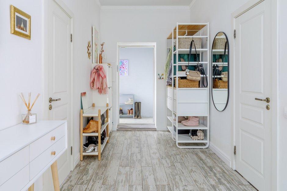 Фотография: Прихожая в стиле Скандинавский, Проект недели, Samsung, Таунхаус, 4 и больше, Спецпроект, интерьерный холодильник, интерьерная микроволновая печь – фото на INMYROOM