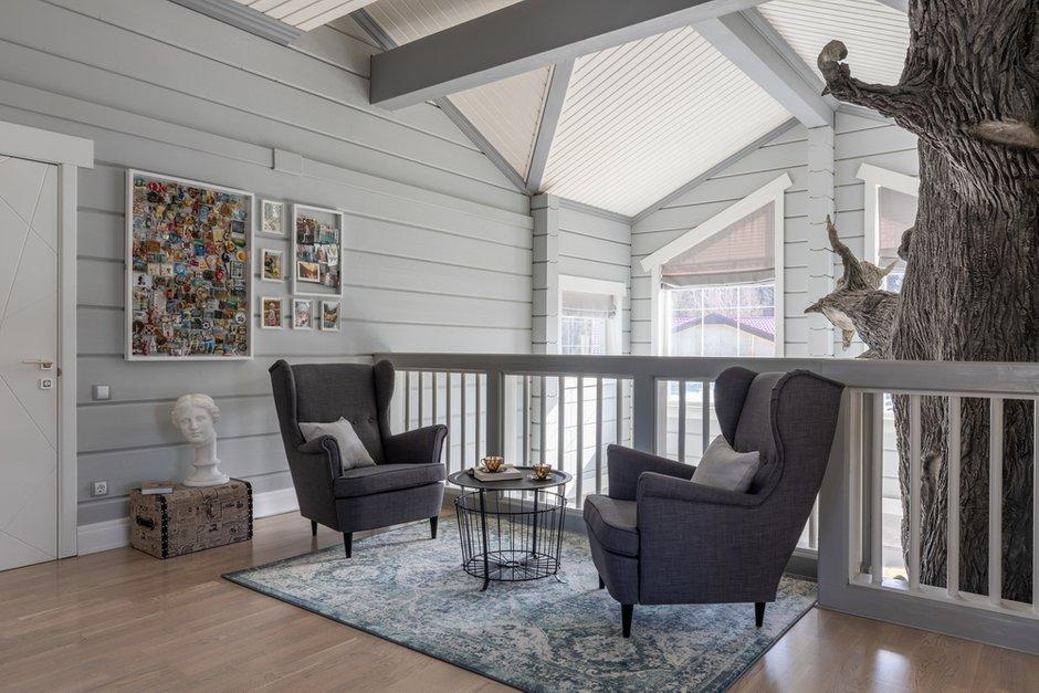 На балкончике обустроили уютную зону для отдыха. Кресла купили в ИКЕА.