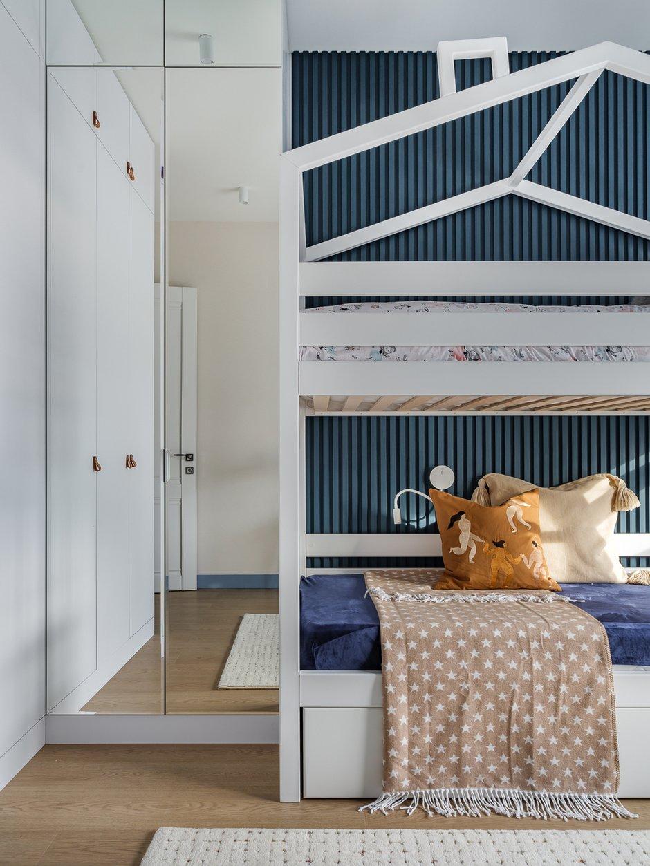 Комната принадлежит одной девочке. Идея кровати с двумя ярусами предполагает на первом этаже организовать место для игры, вешать занавеси и шатры, организовывать домик в домике.