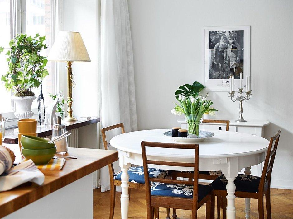 Фотография: Кухня и столовая в стиле Скандинавский, Малогабаритная квартира, Квартира, Цвет в интерьере, Дома и квартиры, Белый, Шторы – фото на INMYROOM