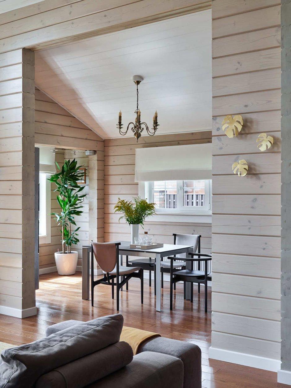 В интерьере много дизайнерской мебели. На кухне обеденный стол от Calligaris. Дизайнер использовала один из любимых приемов: сочетать стулья из разных коллекций.