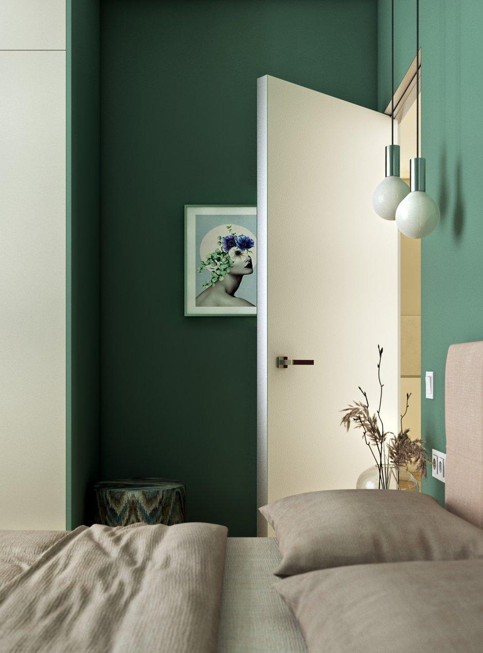 Несмотря на маленькую площадь, изначально решили, что спальня будет цветной, и не прогадали. А вот выбрать нужный оттенок сложного зелено-голубого цвета удалось лишь с четвертого раза.
