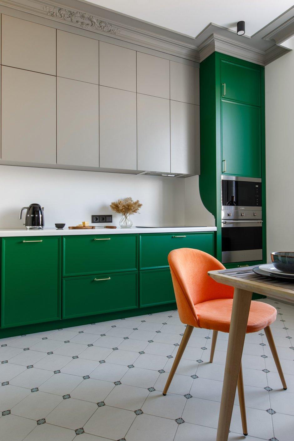 Фасады кухни выкрашены в один цвет с карнизами и плинтусами.