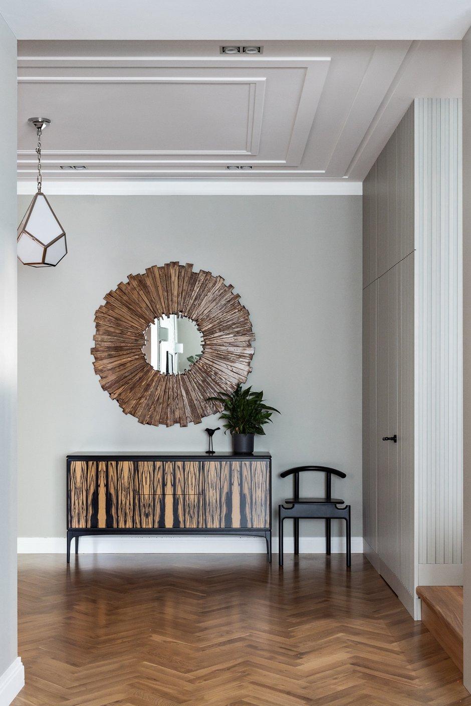 «Самый необычный, интересный предмет в этом интерьере, на мой взгляд, — это круглое зеркало в деревянной раме в холле 1-го этажа квартиры. Я показала заказчику зеркало в шоуруме, а он на даче смастерил аналогичное сам», — рассказывает дизайнер.