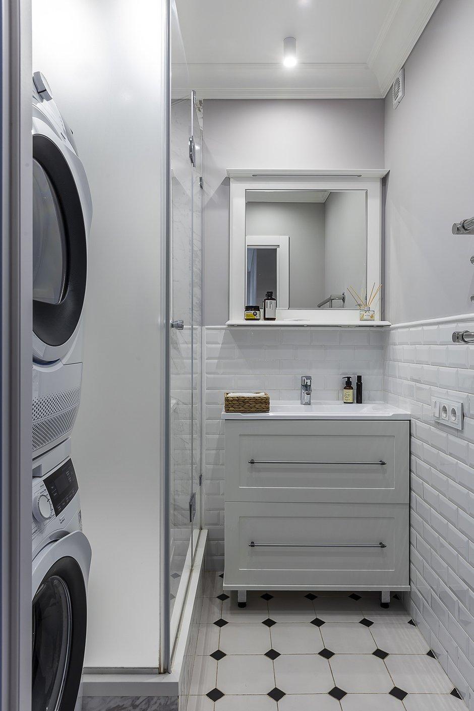 В маленькой ванной комнате сложно уместить все, но здесь получилось сделать комфортную душевую кабину, также установить стиральную и сушильную машины.