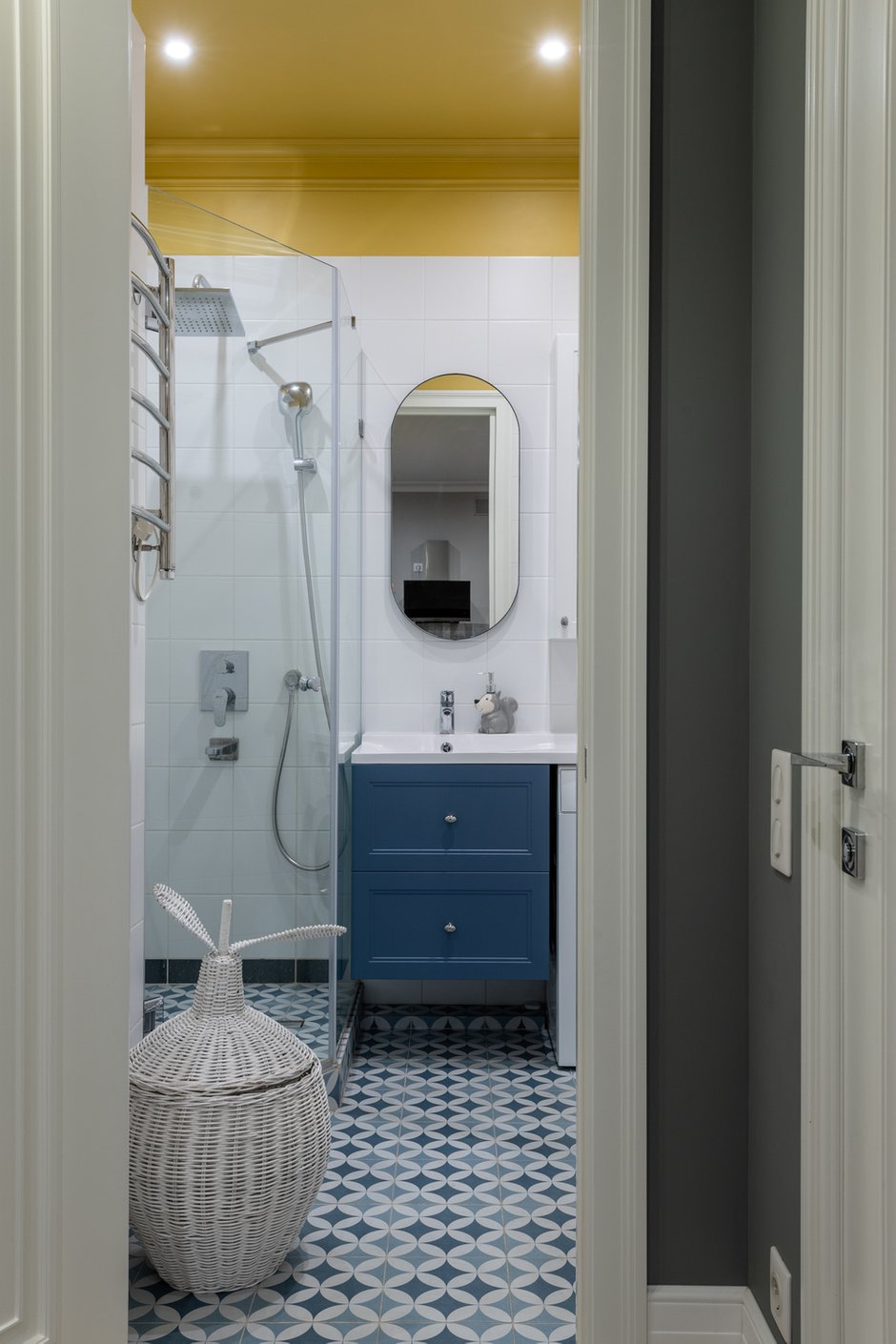 Желтый потолок стал украшением и фишкой гостевого санузла. Хорошее настроение гарантировано.