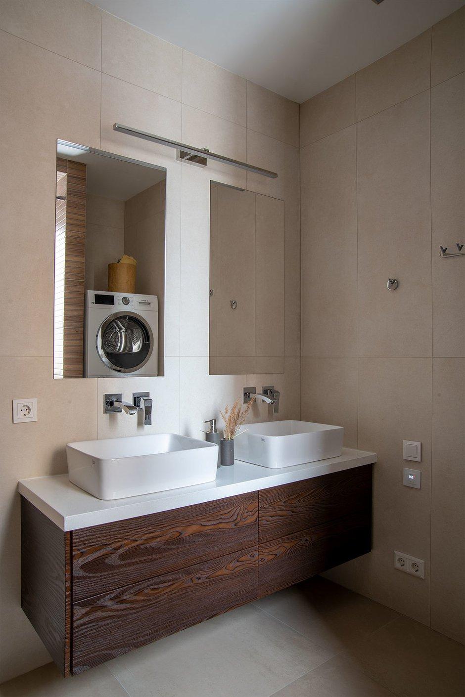 Для удобства пользования ванной комнатой установили тумбу на две раковины и сделали встроенные смесители.