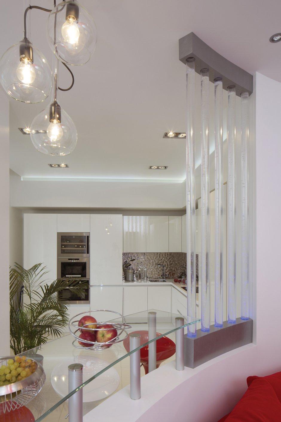 Фотография: Кухня и столовая в стиле Хай-тек, Квартира, Цвет в интерьере, Дома и квартиры, Белый – фото на INMYROOM