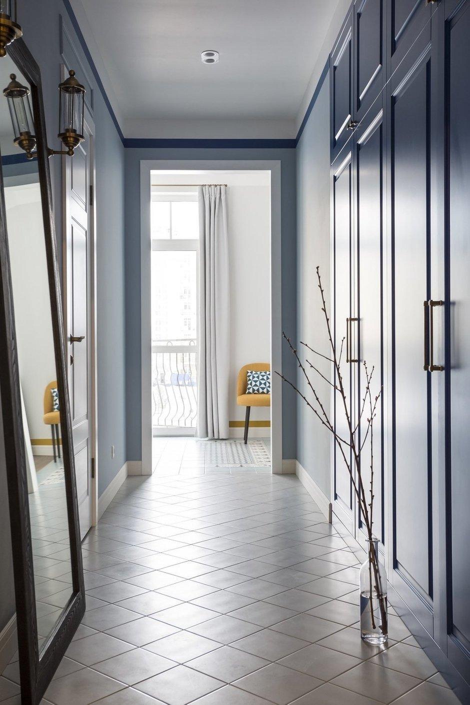 Для чемоданов, бытовых принадлежностей и верхней одежды предусмотрен встроенный шкаф в холле.