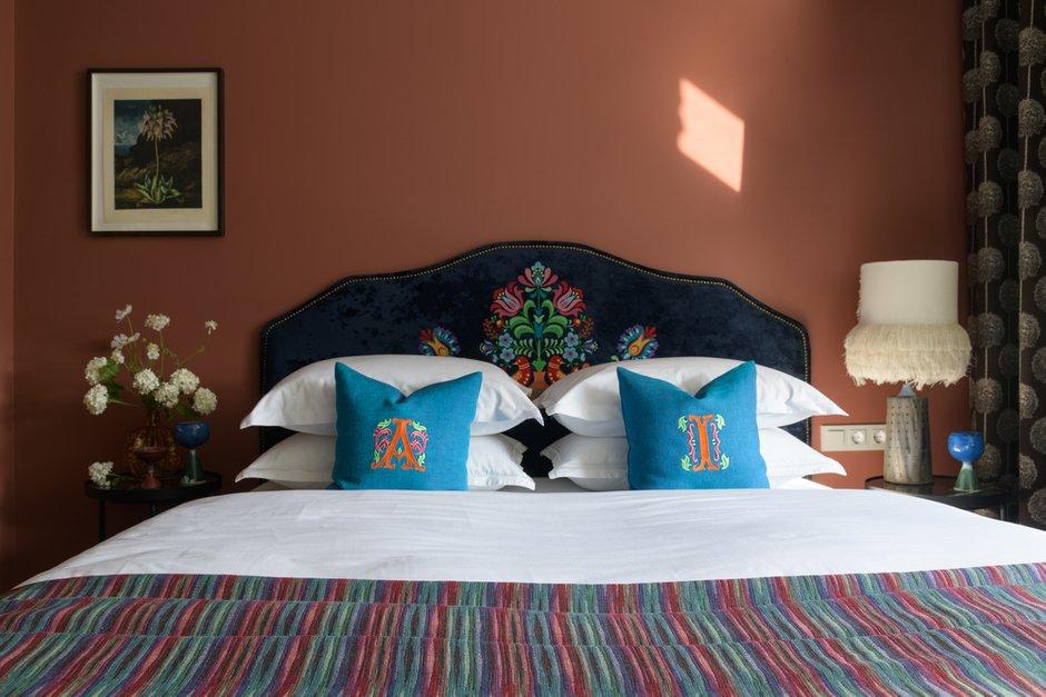 В спальне родителей — настольная лампа с бахромой на керамической подставке — изделие новосибирского художника.