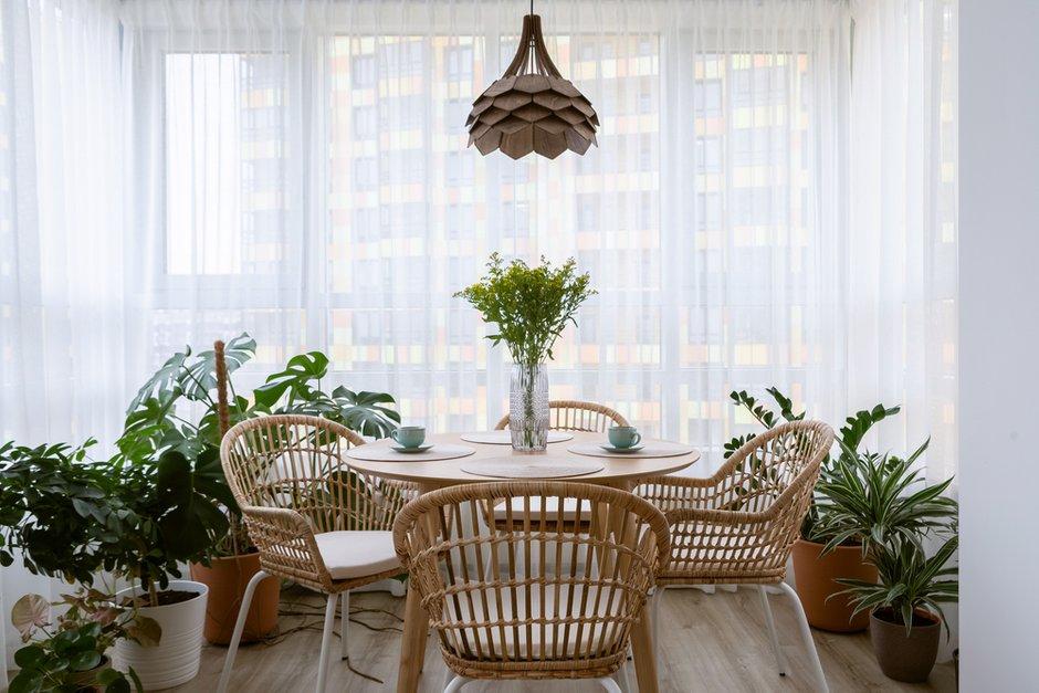 В проекте сложно было разместить около пятидесяти растений в квартире таким образом, чтобы это смотрелось красиво и не напоминало огород. Но дизайнеры справились.