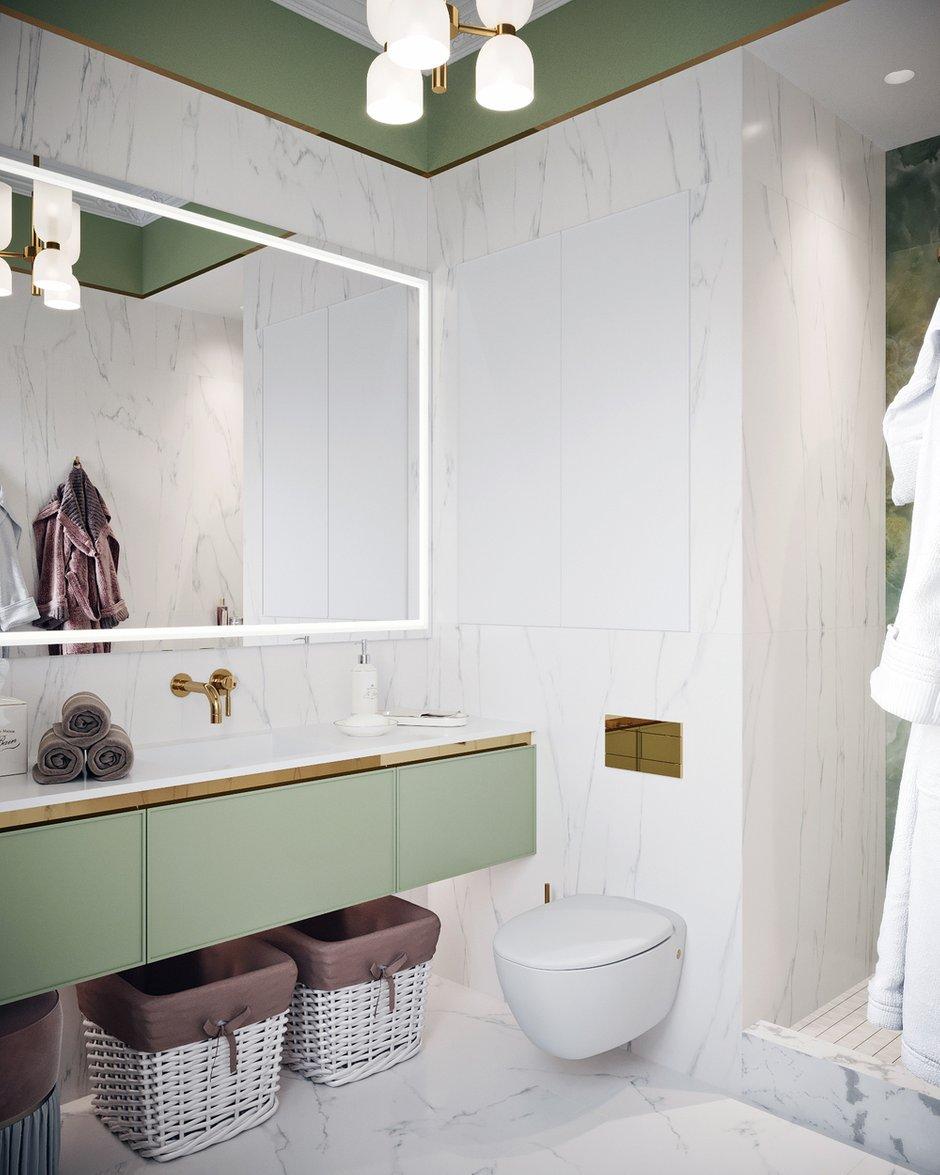 В санузле использовали зеленые элементы, продолжая интерьер спальни. Здесь много классических деталей: богатая лепнина на потолке, золотая фурнитура, плитка под мрамор.