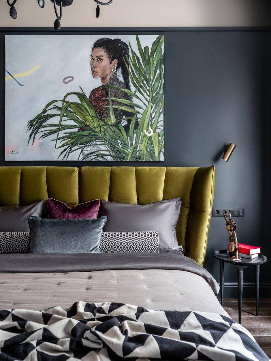 Спальня и прихожая приобрели глубокий серо-синий цвет; в такой же цвет выкрашены и шкафы кухни.