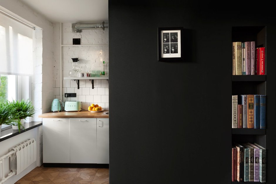 Для кухонного фартука остановились на классическом варианте — белой квадратной плитке. Она смотрится свежо и работает отличным фоном для ярких деталей.