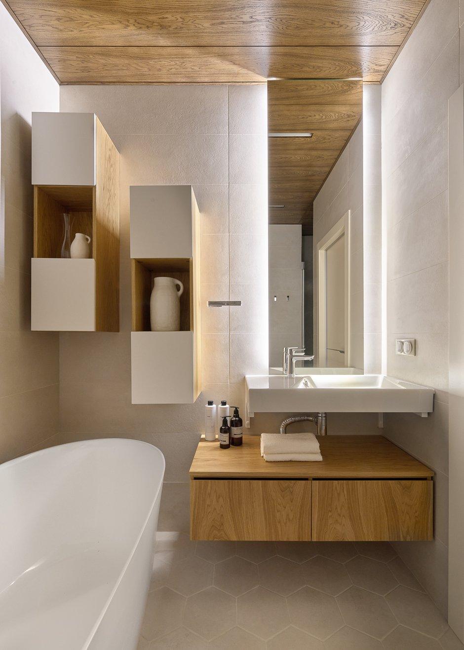 В ванной для полотенец и бытовой химии предусмотрены навесные полки и тумба под раковиной.