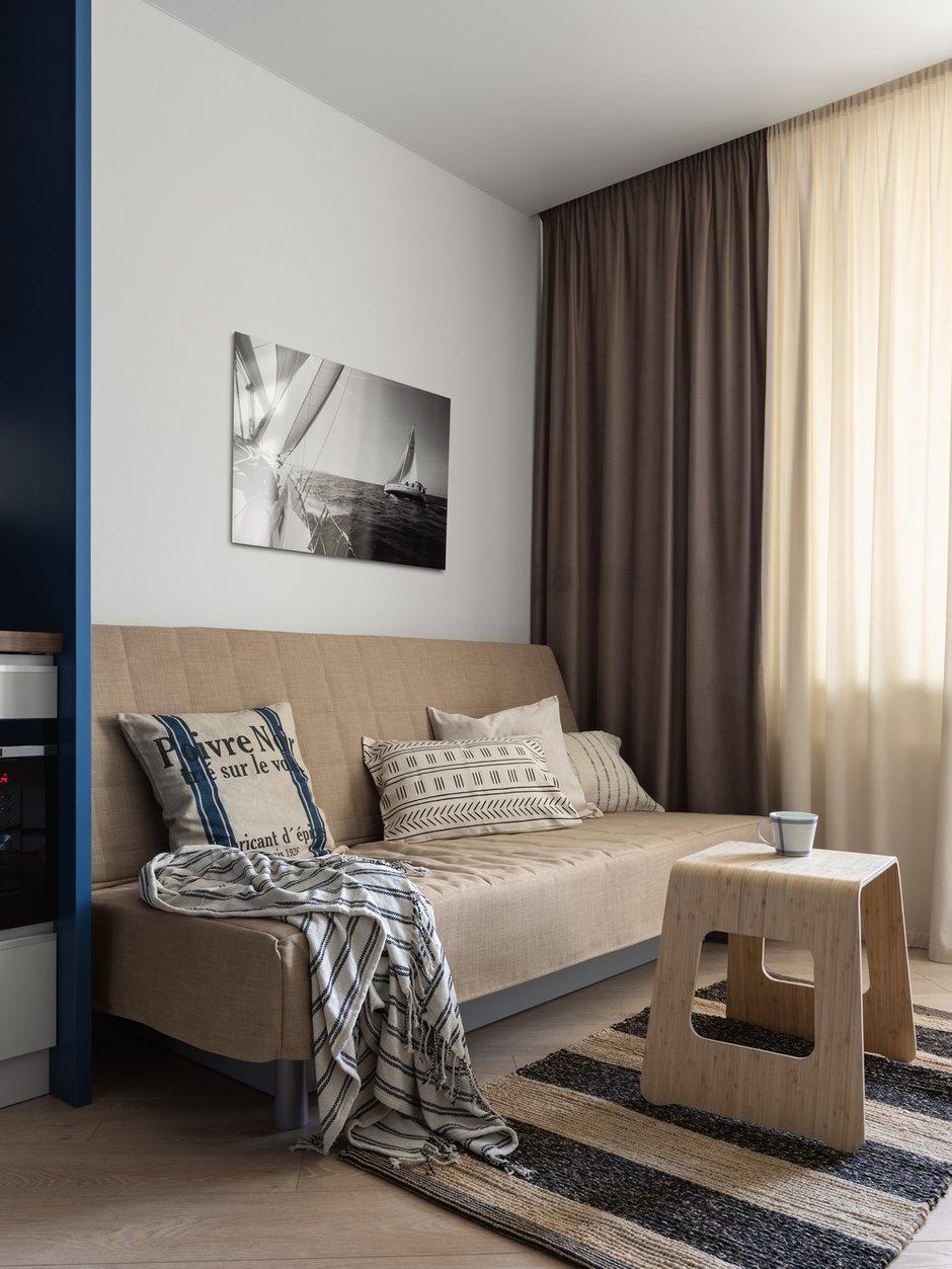 Спальное место занимает диван ИКЕА, который раскладывается в полноценную и удобную двуспальную кровать. В диване предусмотрены ящики для хранения подушек и одеял.