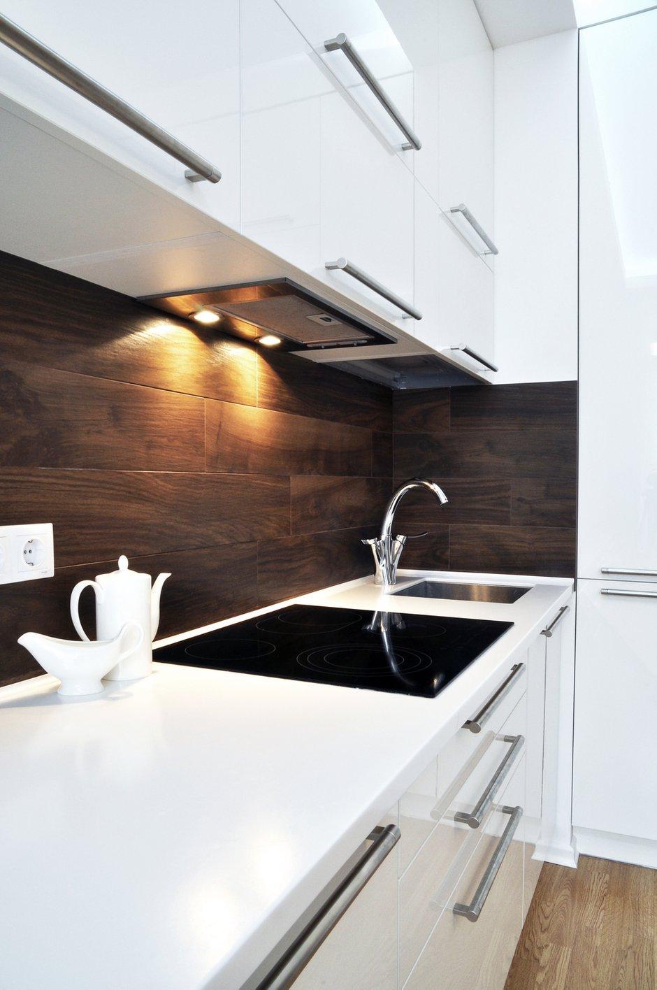 Фотография: Кухня и столовая в стиле Хай-тек, Малогабаритная квартира, Квартира, Цвет в интерьере, Дома и квартиры, Белый, Переделка – фото на INMYROOM
