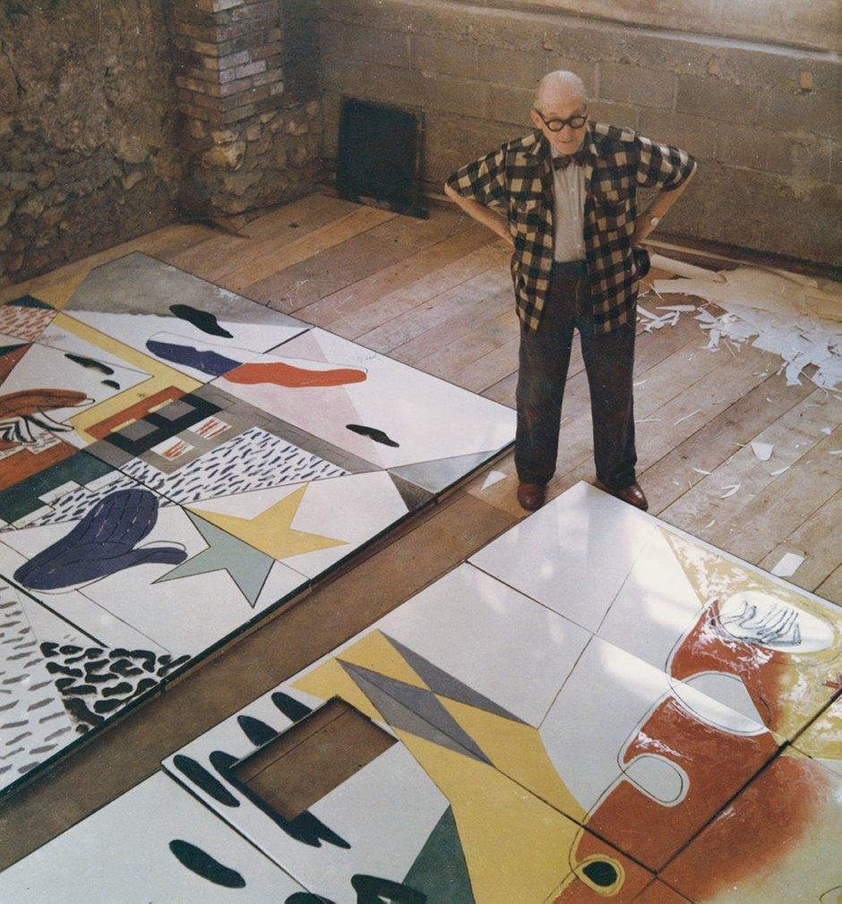 ЛеКорбюзье: «Все вокруг— геометрия!» Нафото архитектор расписывает эмалевые двери для капеллы Нотр-Дам-дю-О всвоей мастерской вПариже.1955год.