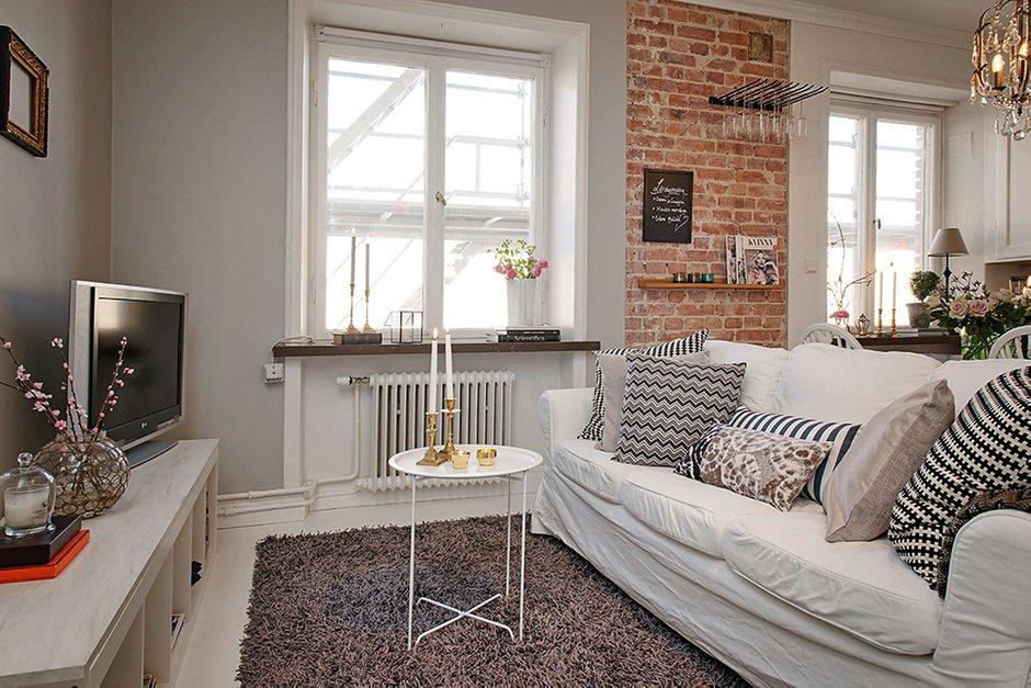Фотография: Гостиная в стиле Лофт, Скандинавский, Малогабаритная квартира, Квартира, Швеция, Цвет в интерьере, Дома и квартиры, Белый, Стена – фото на INMYROOM