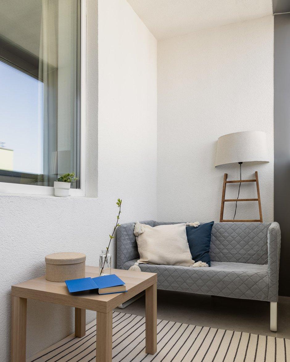 На лоджии организовано небольшое chillout-пространство с диванчиком, где можно уютно расположиться с книжкой и наблюдать прекрасный вид, открывающийся с последнего 19-го этажа.