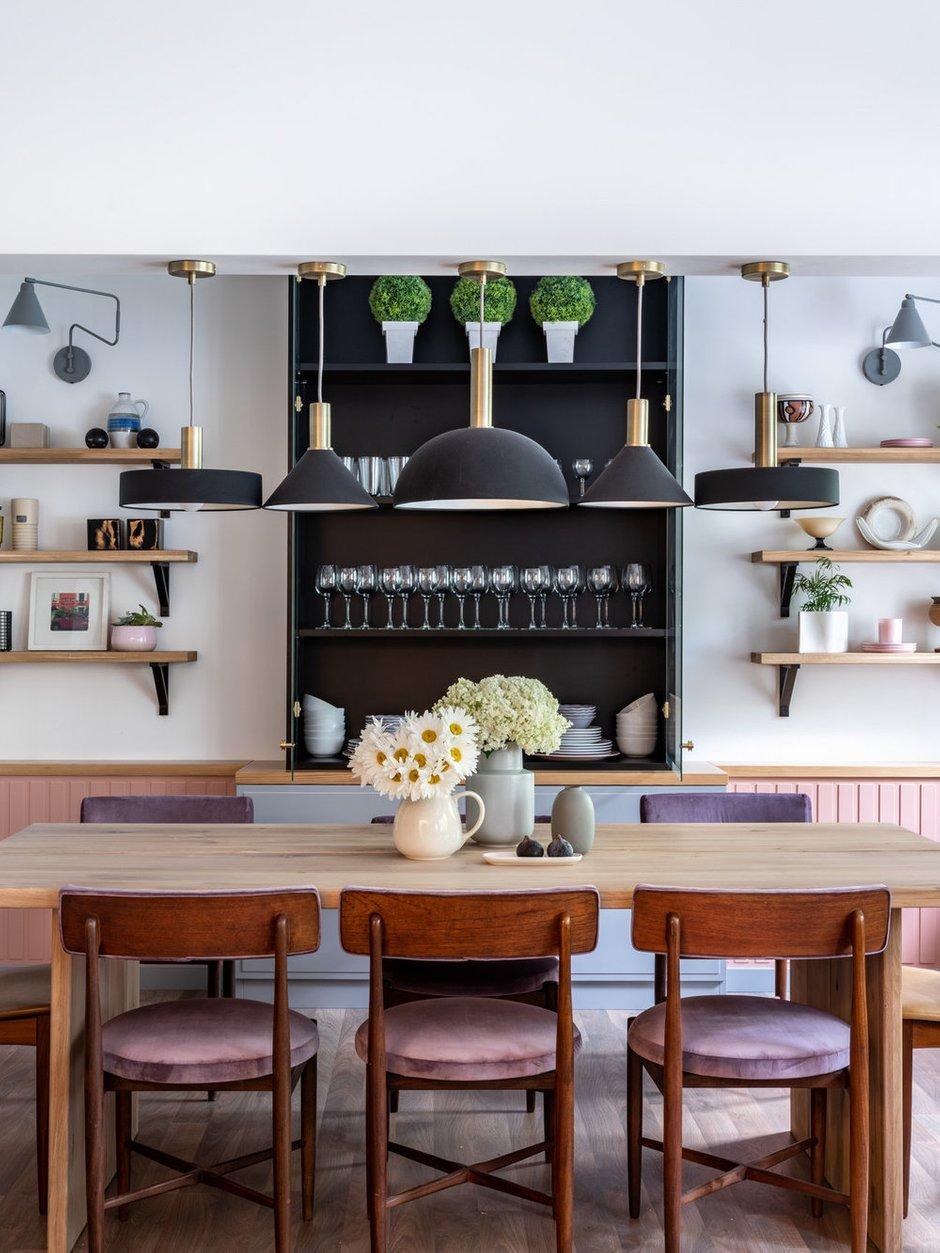 В комнате центральное место занимает большой обеденный стол на восемь персон.