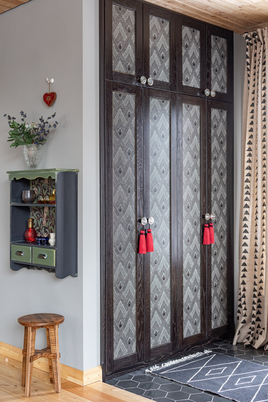 Рамки дверей шкафа из дуба покрыты маслом, а центральная часть из МДФ декорирована обоями.