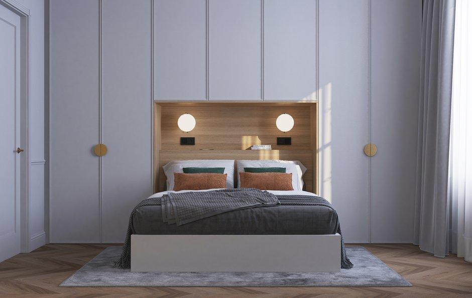 Все основные места хранения разместили в спальне вокруг изголовья кровати, а отсутствие прикроватных столиков компенсировали полкой на стене.