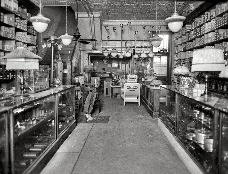 1923год. Магазин бытовой техники, США. Прямо вцентре— стиральная машина