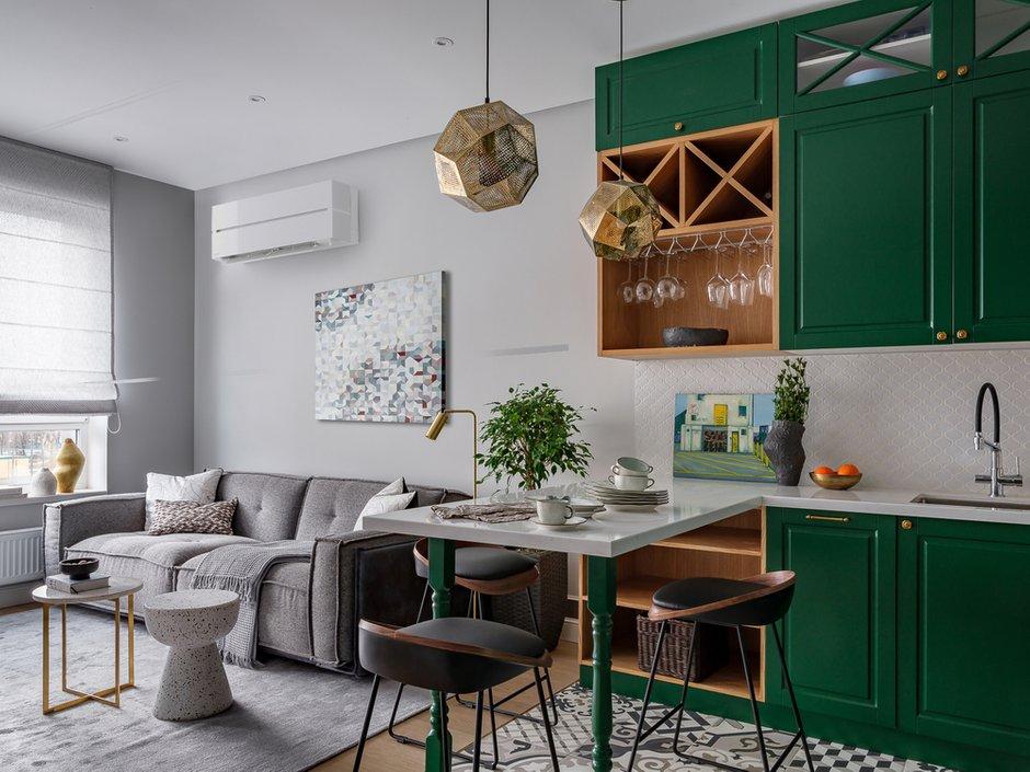 Очень красивое сочетание фартука с плиткой на полу, зелеными фасадами кухни. Белый цвет приглушает и поддерживает зеленый активный оттенок, фактура создает уют и поддерживает стилистику кухонных фасадов.