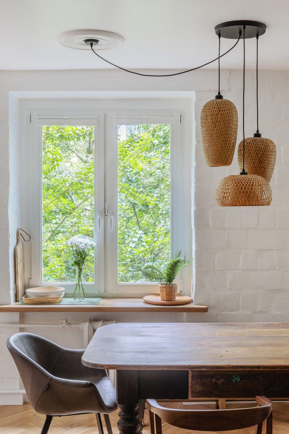 Столешница для стола изготовлена на заказ из дуба.