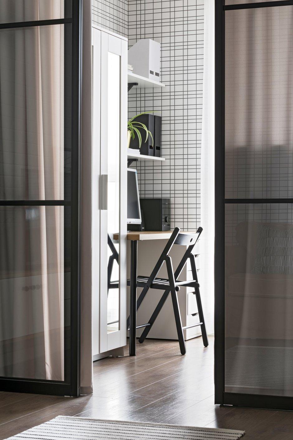 В спальне разместились гардеробный шкаф для одежды клиентов, также рабочая зона с полками для хранения.