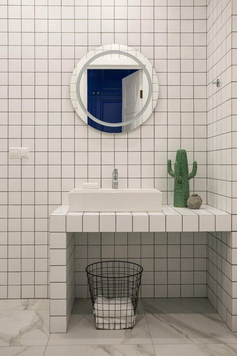 Для ванной комнаты выбрали лаконичную белую плитку с контрастной затиркой.