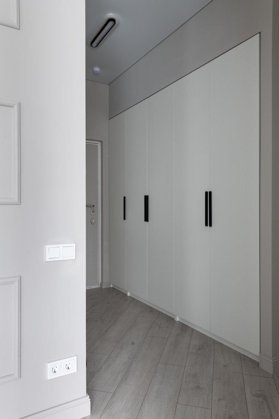 В коридоре в нишу встроен стандартный шкаф ИКЕА ПАКС, это позволило сэкономить на системах хранения.