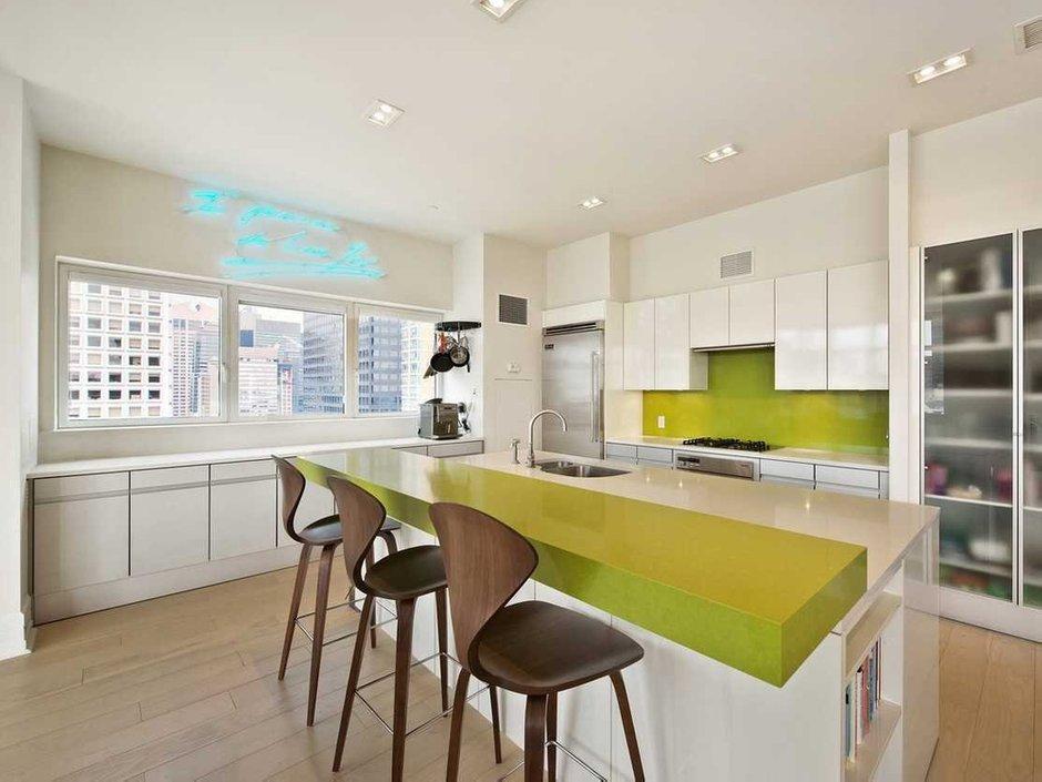 Фотография: Кухня и столовая в стиле Современный, США, Дома и квартиры, Интерьеры звезд, Нью-Йорк, Пентхаус, Панорамные окна, Пол – фото на INMYROOM