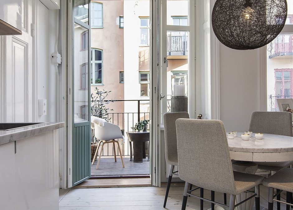 Фотография: Кухня и столовая в стиле Скандинавский, Декор интерьера, Малогабаритная квартира, Квартира, Швеция, Цвет в интерьере, Дома и квартиры, Белый – фото на INMYROOM